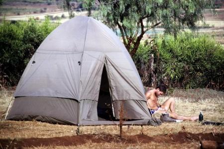 Christian vor dem Zelt