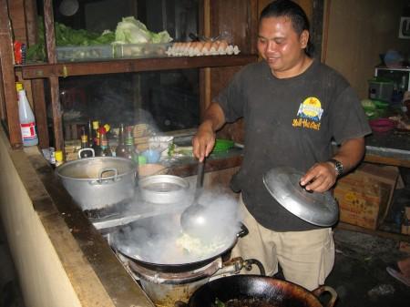 Im Straßenrestaurant auf Bali