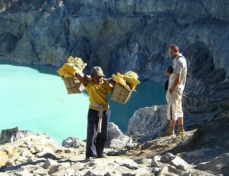 Schwefelträger am Vulkan Ijen auf Java